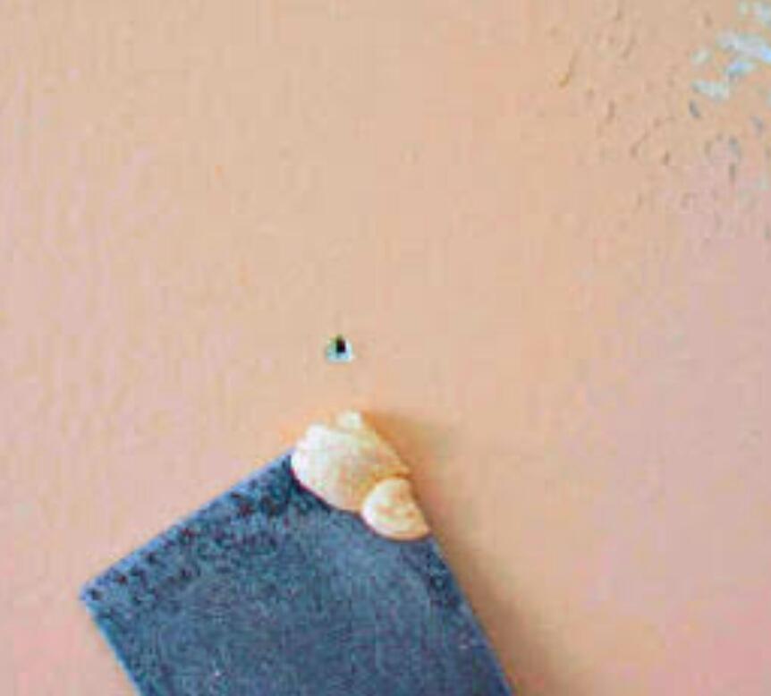 Cara Menutup Bekas Paku pada Dinding